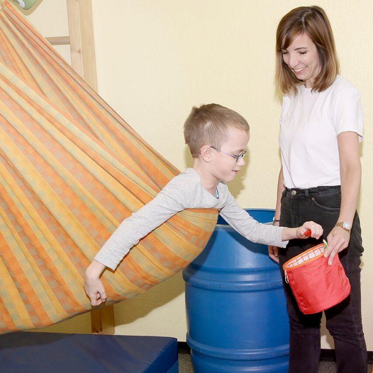 Bewegungstherapie mit Kind in der Ergotherapie Kuschel in Köln Ostheim