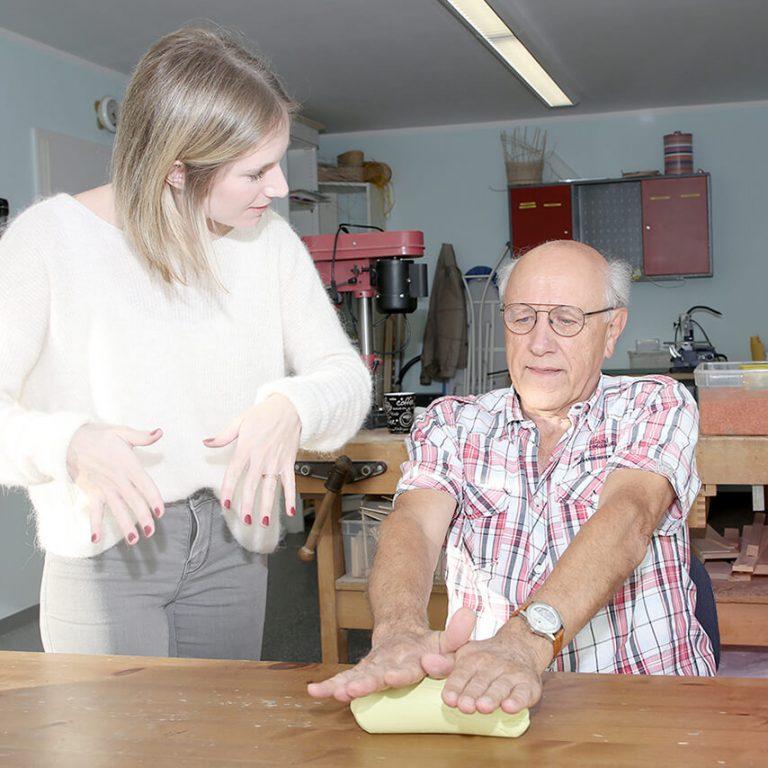 Neurologie mit Senior in der Ergotherapie Kuschel in Köln Ostheim